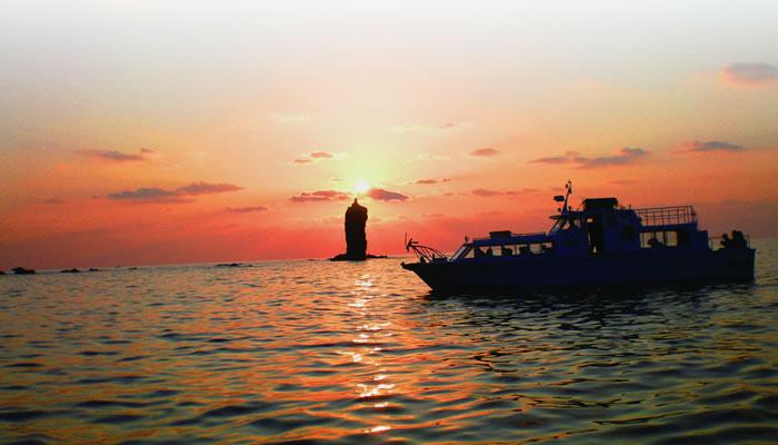 ローソク島を見る遊覧船